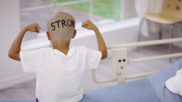 vídeos de stock e filmes b-roll de strong boy undergoing cancer treatment - careca