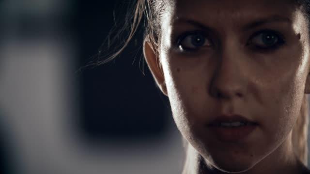 強い女性と判断 - strength点の映像素材/bロール