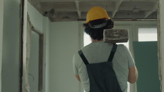 vidéos et rushes de travailleur de construction mâle fort - destruction