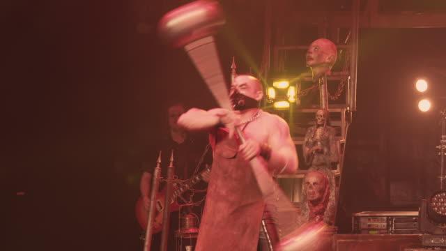 strong man circus performer spinning a giant staff during a circus show - burleskstil bildbanksvideor och videomaterial från bakom kulisserna