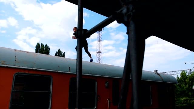 vídeos de stock, filmes e b-roll de homem forte fazendo push ups na parte superior do trem - cilindro veículo terrestre comercial