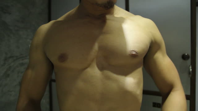 stockvideo's en b-roll-footage met strong man relaxing his muscle - menselijke arm