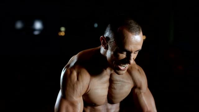 強い男性 - 胸筋点の映像素材/bロール