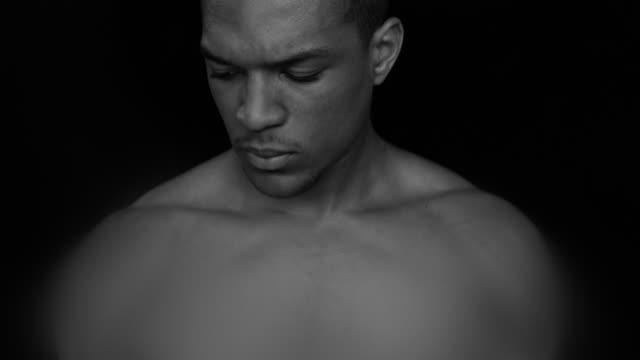 strong man - nur junge männer stock-videos und b-roll-filmmaterial