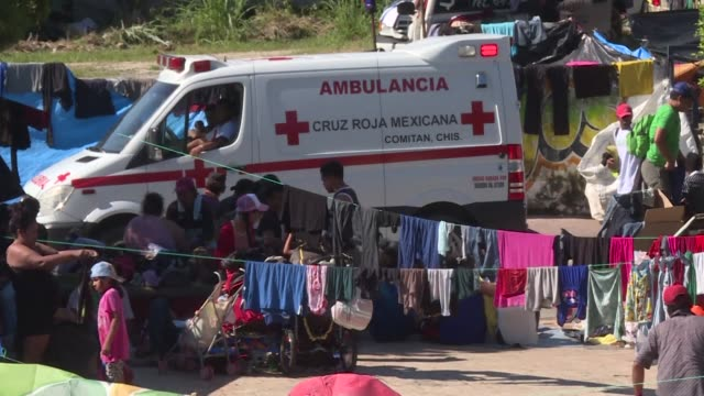 a 7000 strong migrant caravan rests in the mexican town of huixtla as it rolls on towards the united states preparing for a hostile reaction from us... - convoglio video stock e b–roll