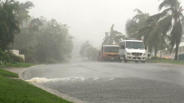 vidéos et rushes de strong wind and flooding rain as cyclone debbie make landfall in northern australia - bonde
