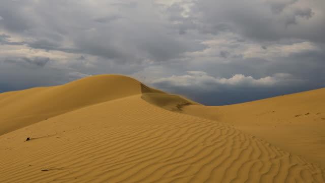 vídeos y material grabado en eventos de stock de strong wind in the desert. sand blows from the dunes. sahara desert - duna de arena