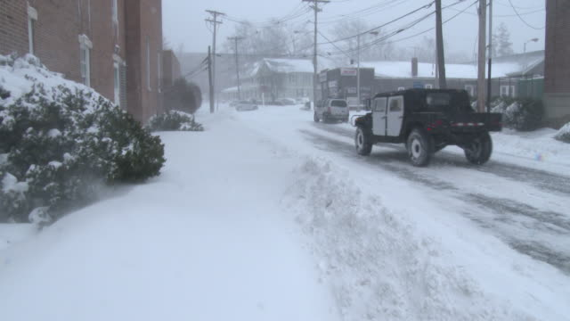 vídeos y material grabado en eventos de stock de strong winds and heavy snow create near whiteout conditions at times on the streets of freehold nj during the historic blizzard of 2016 - hummer