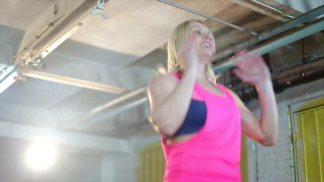 stockvideo's en b-roll-footage met sterke vrouw - huppelen