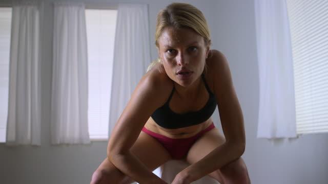 vidéos et rushes de strong woman wiping sweat off face - cadrage aux genoux