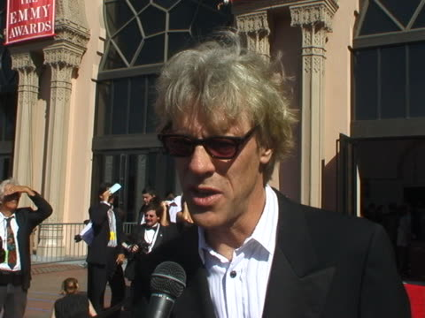 vidéos et rushes de stuart copeland at the 2004 emmy creative arts awards red carpet at shrine auditorium in los angeles, california. - shrine auditorium
