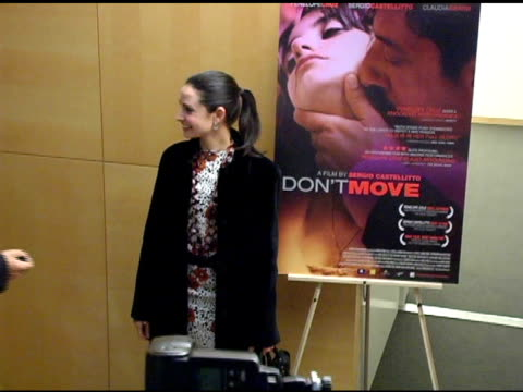 stuart townsend and mia maestro at the special screening of 'don't move' at clarity screening room in beverly hills, california on march 13, 2005. - スチュワート タウンゼント点の映像素材/bロール