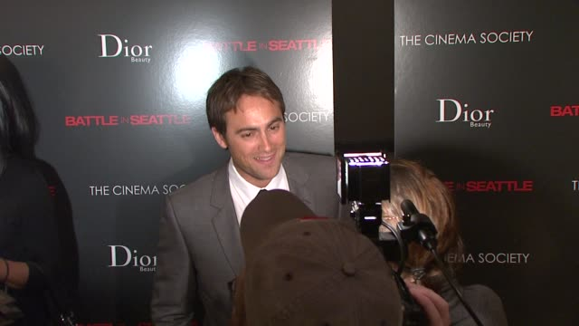 stuart townsend at the the cinema society and dior beauty host a screening of battle in seattle at new york ny. - スチュワート タウンゼント点の映像素材/bロール