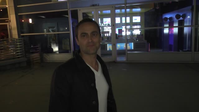 stuart townsend talks about his ex-charlize theron dating brad pitt outside the arclight theatre in hollywood in celebrity sightings in los angeles, - スチュワート タウンゼント点の映像素材/bロール