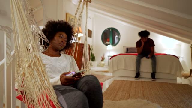 斯圖博恩年輕夫婦在爭論后互相忽視,同時都在手機上上網 - 感情問題 個影片檔及 b 捲影像