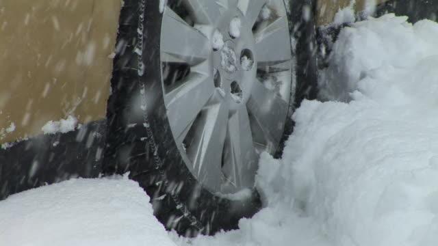 vidéos et rushes de hd : bloqué dans la neige - neige fraîche