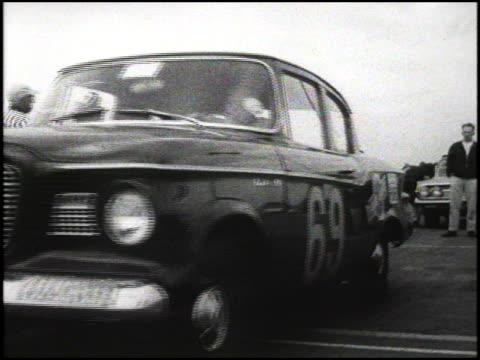 studebaker lark at the starting line of the 1960 pure oil economy trials it moves forward past camera 1960 studebaker lark at the starting line at... - circuito di daytona video stock e b–roll