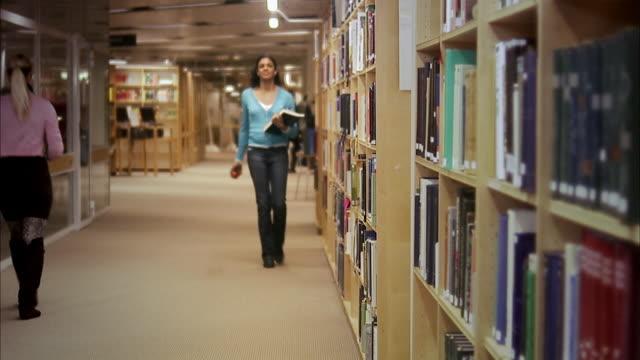 vidéos et rushes de a student at the university, stockholm, sweden. - rayonnage de livre