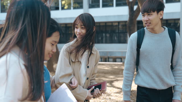 学生が学校に戻る - 新学期点の映像素材/bロール