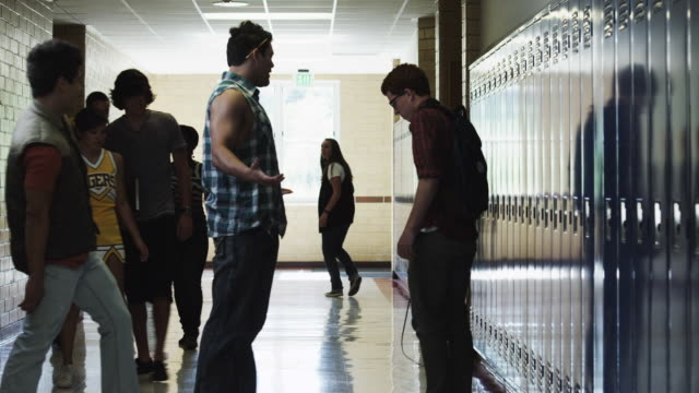 stockvideo's en b-roll-footage met ms student bullying friends (14-17) in school corridor / spanish fork city, utah, usa - middelbare scholiere