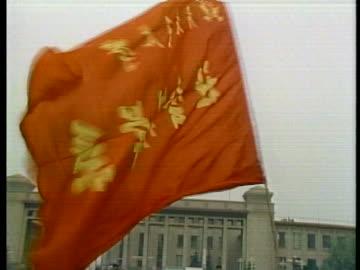 vidéos et rushes de student demonstrators in tiananmen square carry large flags. - place tien an men