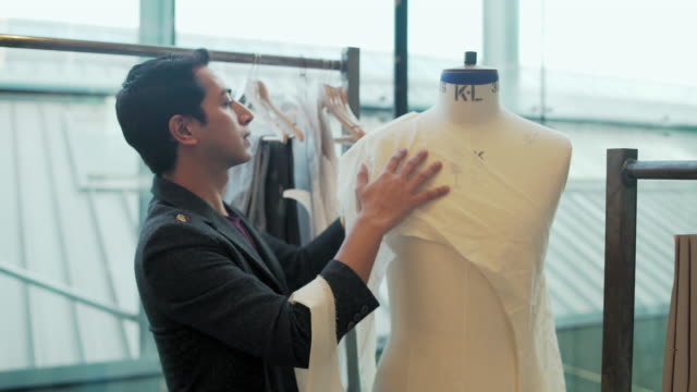 student dressing dressmaker's model - トルソー点の映像素材/bロール