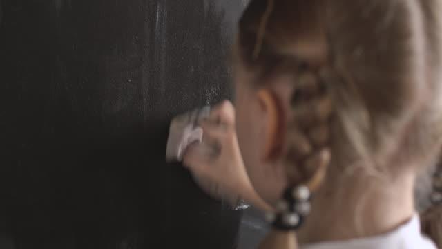 student raderar från styrelsen - svarta tavlan bildbanksvideor och videomaterial från bakom kulisserna