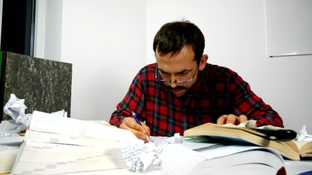 student, nervös und zerstören seine bücher - akademisches lernen stock-videos und b-roll-filmmaterial