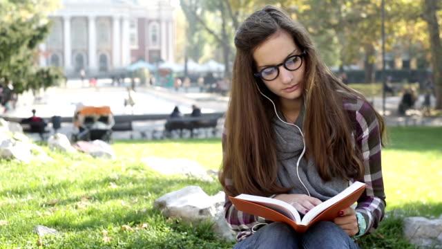 Student Mädchen Musik hören