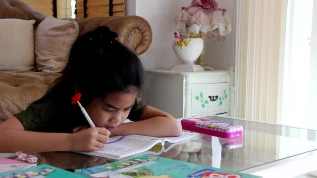Schüler Mädchen schreiben Hausaufgaben