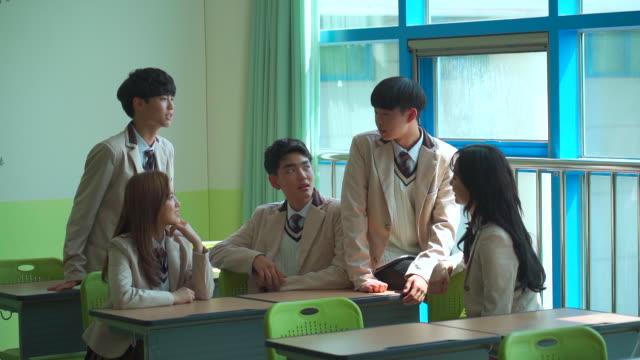 vídeos de stock, filmes e b-roll de a student group talking in the classroom - coreia do sul