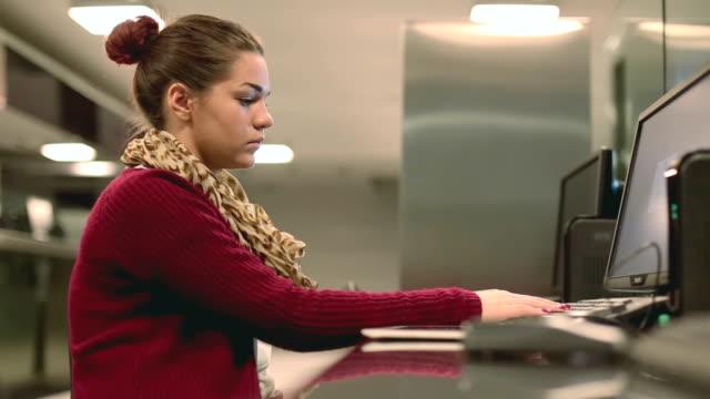student in einer bibliothek - pferch stock-videos und b-roll-filmmaterial