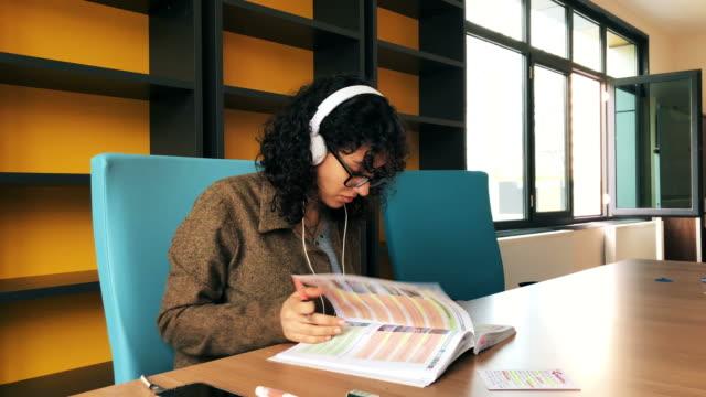 student in der bibliothek - lesebrille stock-videos und b-roll-filmmaterial