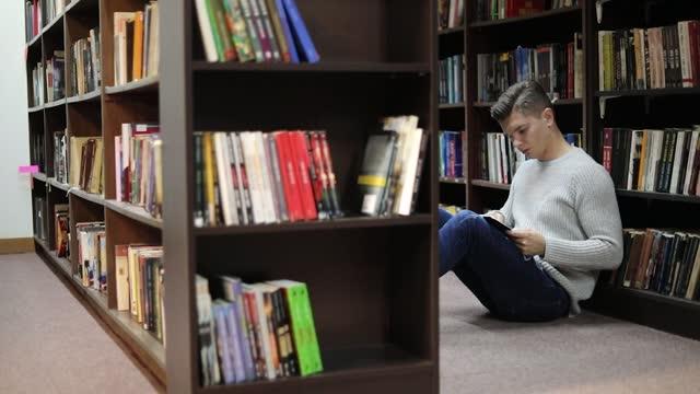 vidéos et rushes de l'étudiant de la bibliothèque recherche de la littérature - littérature