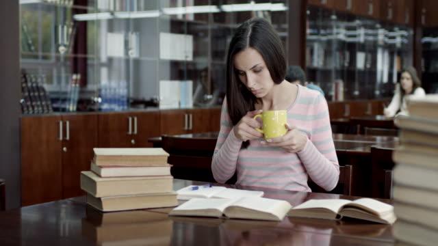 schüler lernen - literatur stock-videos und b-roll-filmmaterial