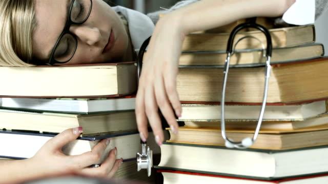 HD DOLLY: Student der Medizin Schlafen auf Bücher
