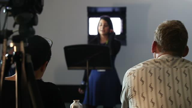 stockvideo's en b-roll-footage met student presentation to panel - lessenaar