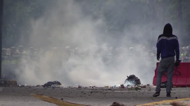 stockvideo's en b-roll-footage met student protesters asking for a referencum to recall president nicolas maduro and demonstrating against food shortages in venezuela clash with police... - confrontatie