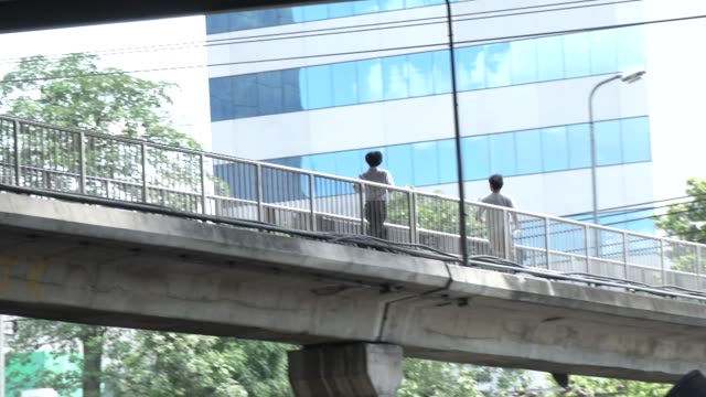 stockvideo's en b-roll-footage met student protesters install a banner then run away on a walkway near thairat newspaper in bangkok to protest the lack of democracy after the may 22nd... - staatsgreep
