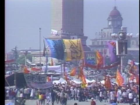 vidéos et rushes de student protesters wave flags and march through tiananmen square. - place tien an men