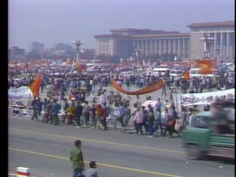 student protesters wave flags and march through tiananmen square. - tiananmen square点の映像素材/bロール
