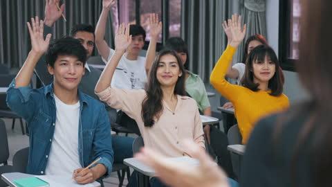 vidéos et rushes de étudiant levant la main pour répondre aux questions de l'enseignant - demander