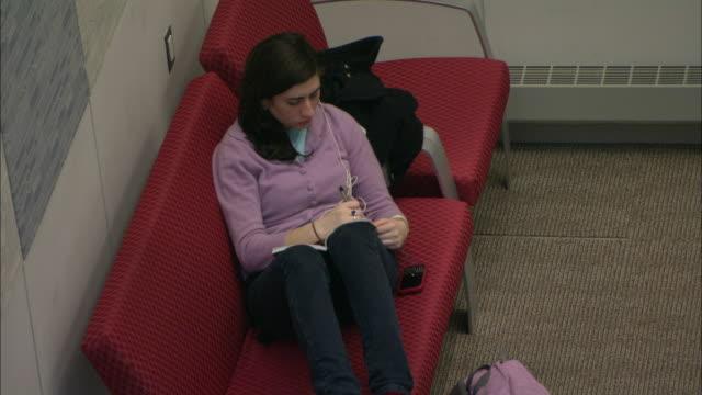 vídeos y material grabado en eventos de stock de ms ha student resting in lounge, brooklyn, new york city, usa - three quarter length