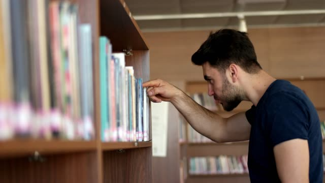 student suche bücher - bücherregal stock-videos und b-roll-filmmaterial