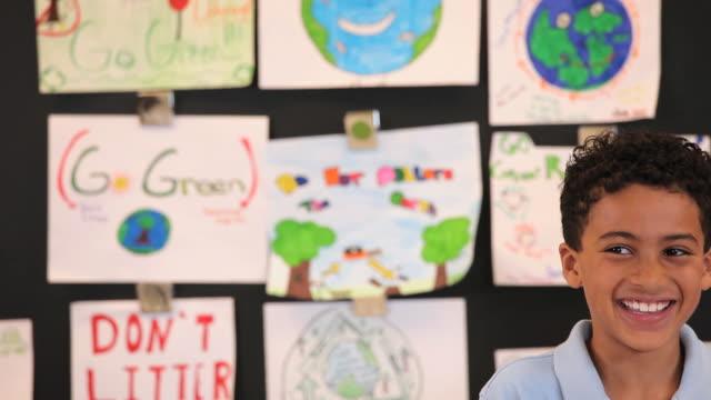 vidéos et rushes de ms td student showing recycle project in classroom / richmond, virginia, united states  - style de vie écologique
