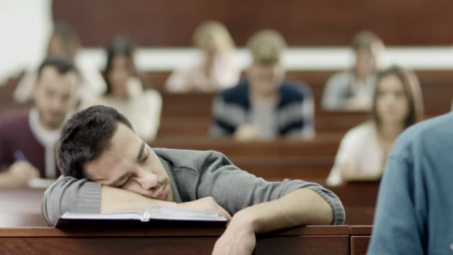 studente che dorme in aula - aula video stock e b–roll