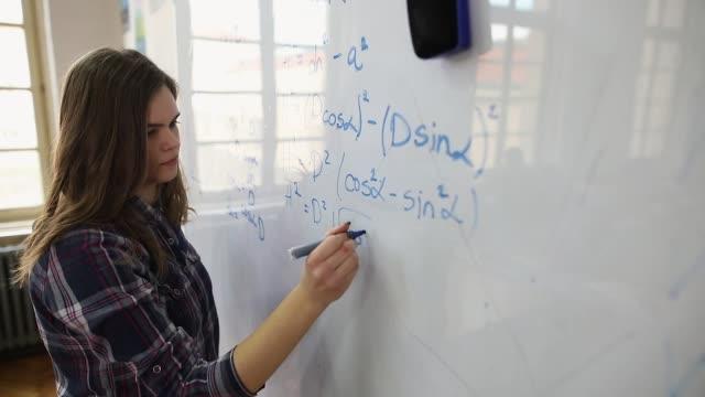 vidéos et rushes de étudiant résolvant le problème de maths - solution