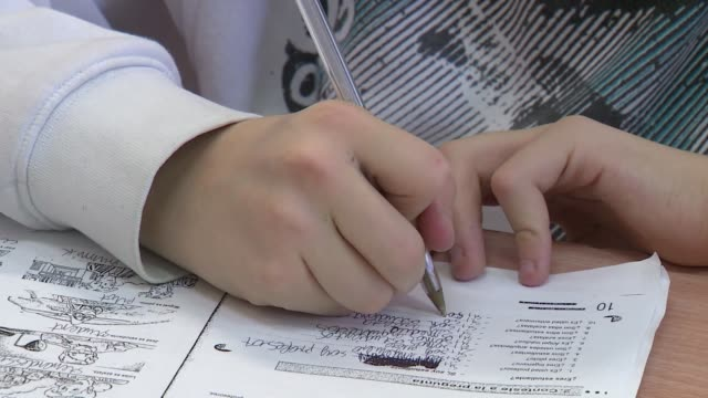 vídeos y material grabado en eventos de stock de student solving test - examinar