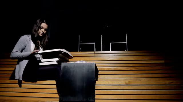 vídeos de stock, filmes e b-roll de estudante estudar na biblioteca - estudante universitária