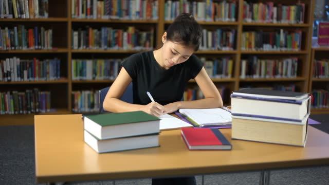 vidéos et rushes de étudiant - rayonnage de livre